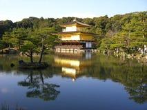 Дворец золота, красота и элегантность, отразил в азиатском пруде Стоковые Фото