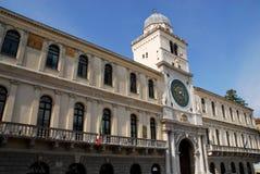 Дворец и красивая башня с часами в Падуе в венето (Италия) Стоковые Фото