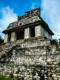 Дворец как увидено от двора - Palenque - Чьяпаса Стоковое фото RF