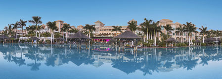 Дворец Курорта Guia de Isora роскошной гостиницы на сумраке в Тенерифе, Канарских островах, Испании 8-ого августа 2016 Стоковые Изображения