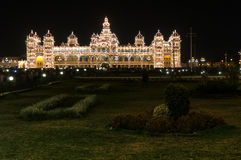 Дворец Майсура загоренный тысячами лампочек Майсур, Karnataka, Индия Стоковые Изображения RF
