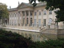 Дворец на воде (дворце azienki  Å) в парке Варшаве azienki  Å Стоковое Фото