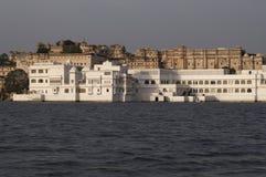 дворец озера стоковое изображение rf