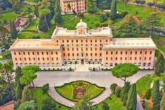 Дворец правительства Ватикана окруженный деланными маникюр садами Взгляд сверху от собора St Peter r стоковое изображение