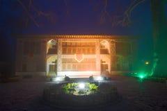 Дворец столетия Sheki Khans XVIII, туман ночи в январе Sheki, Азербайджан стоковая фотография rf