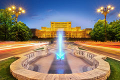 Дворец центра города Бухареста Румынии парламента на заходе солнца Стоковое Изображение RF