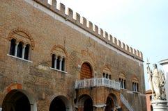 Дворец четырнадцатого и белая статуя в Тревизо в венето (Италия) Стоковые Фотографии RF