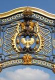 дворец эмблемы buckingham стоковое изображение