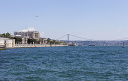 Дворец Dolmabahce, rk ¼ моста Bosphorus и Atatà Стамбул индюк стоковая фотография