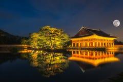 Дворец Gyeongbokgung на ноче в Южной Корее, с именем ` Gyeongbokgung ` дворца на знаке Стоковое Изображение RF