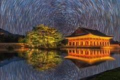 Дворец Gyeongbokgung на ноче в Южной Корее, с именем ` Gyeongbokgung ` дворца на знаке Стоковые Изображения