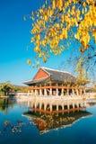 Дворец Gyeonghoeru Gyeongbokgung на осени в Сеуле, Корее стоковое изображение