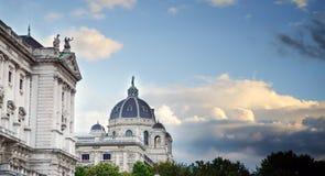 Дворец Hofburg вены имперский, крыша и купол в солнечном голубом небе Династия Habsburg Heldenplatz вена Австралии стоковая фотография rf