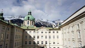 Дворец Hofburg с предпосылкой гор снега Стоковое фото RF