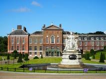 Дворец Kensington и статуя ферзя Виктории Стоковое Изображение RF