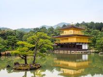 Дворец Kinkaku-ji Киото золотой Стоковые Изображения RF