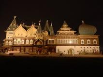 Дворец Kolomenskoye деревянный в Москве к ноча стоковые изображения
