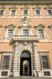 Дворец Lateranense здания с стробом для входа кораблей и столбцов, так же, как окна архитектурноакустических орнаментов в Риме, Стоковое Фото