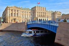 Дворец Mariinsky и голубой мост над рекой Moika в Святом-P стоковое фото