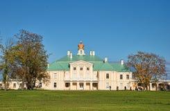 дворец menshikov lomonoisov осени стоковая фотография