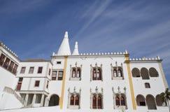 Дворец Palacio Nacional de Sintra Sintra национальный также вызвал Городок Дворец с определенными печными трубами на типичный тум стоковое изображение rf