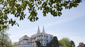 Дворец Palacio Nacional de Sintra Sintra национальный также вызвал Городок Дворец с определенными печными трубами на типичный тум стоковые изображения rf