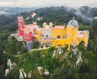 Дворец Pena, замок Romanticist в муниципалитете Sintra, района Португалии, Лиссабона, большого Лиссабона, вида с воздуха, съемки стоковое фото