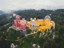 Дворец Pena, замок Romanticist в муниципалитете Sintra, района Португалии, Лиссабона, большого Лиссабона, вида с воздуха, съемки стоковое фото rf