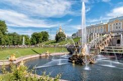 Дворец Peterhof и грандиозный каскад фонтанов в комплексе сада Стоковая Фотография RF