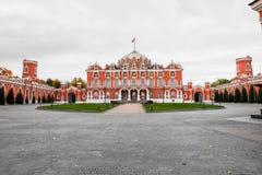 Дворец Petroff с боковыми полукруглыми дополнениями и просторным передним церемониальным двором, Москвой, Россией Стоковое фото RF