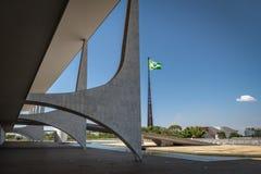 Дворец Planalto и бразильский флаг - Brasilia, Distrito федеральное, Бразилия стоковые изображения