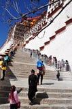 Дворец Potala с паломниками Стоковая Фотография