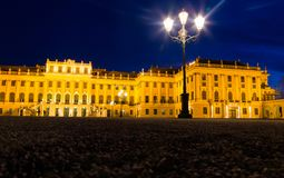 Дворец Schönbrunn на ноче в освещении света золота Стоковое фото RF