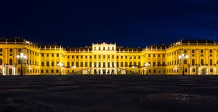 Дворец Schönbrunn на ноче в освещении света золота Стоковые Изображения RF