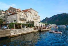 Дворец Smekja на прогулке популярного курортного города Perast, Черногории стоковое фото rf