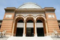 Дворец Velazquez в парке Retiro - Мадриде - Испании стоковые фотографии rf