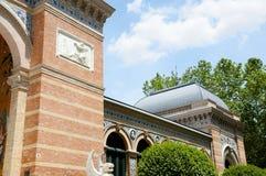 Дворец Velazquez в парке Retiro - Мадриде - Испании стоковое изображение rf