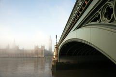 дворец westminster тумана Стоковые Изображения