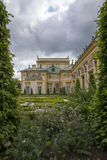 Дворец Wilanow окруженный с зеленым цветом Стоковое Фото