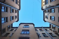 Дворы Петербурга смотрят вверх стоковые фото