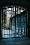 Двор города с стробом шнурка старых кирпичных стен железным стоковые изображения rf