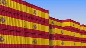 Двор контейнера вполне контейнеров с флагом Испании Испанские экспорт или импорт связали перевод 3D иллюстрация штока