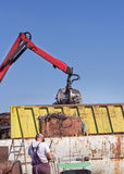 Двор металлолома с хватальщиком Стоковая Фотография RF