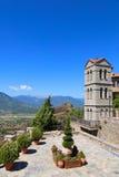 Двор монастыря Meteora на утесе стоковое фото rf
