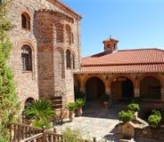 Двор монастыря Meteora на утесе Стоковые Фото