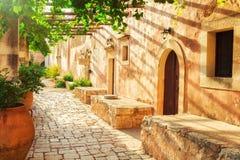 Двор монастыря Moni Arkadhiou Arkadi на острове Крита Стоковые Фотографии RF