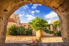 Двор монастыря Moni Arkadhiou Arkadi на острове Крита Стоковая Фотография