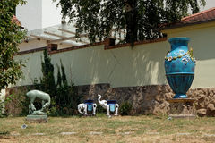 Двор музея Zsolnay с скульптурами в Pecs Венгрии Стоковые Изображения