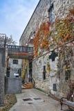 Двор одного из домов в старом городке Budva, Черногории, с лестницами и старым фонариком Стоковые Изображения