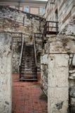 Двор одного из домов в старом городке Budva, Черногории, с лестницами и старым фонариком Стоковая Фотография
